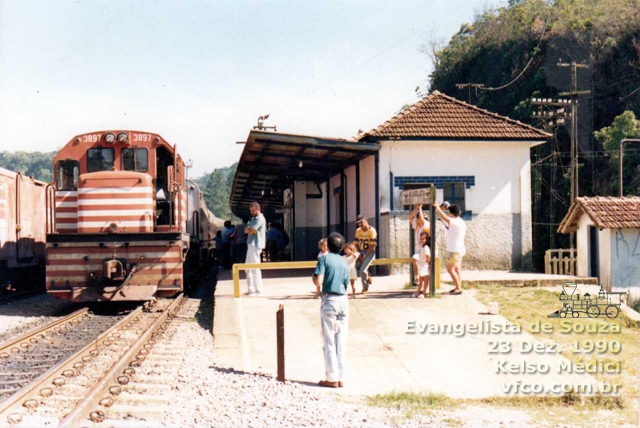 Troca da locomotiva da Fepasa na Estação Evangelista de Souza na década de 1990. Foto: Site Centro-Oeste.