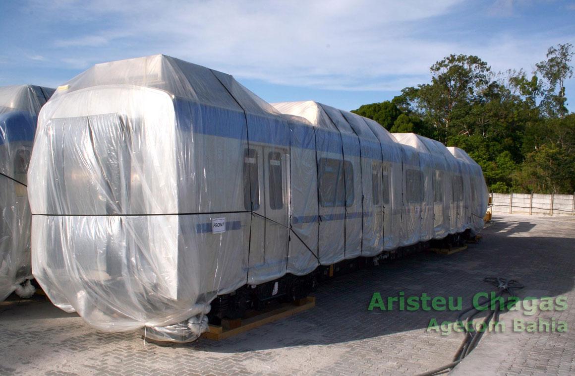 Vagão do Metrô de Salvador, envolto em plástico