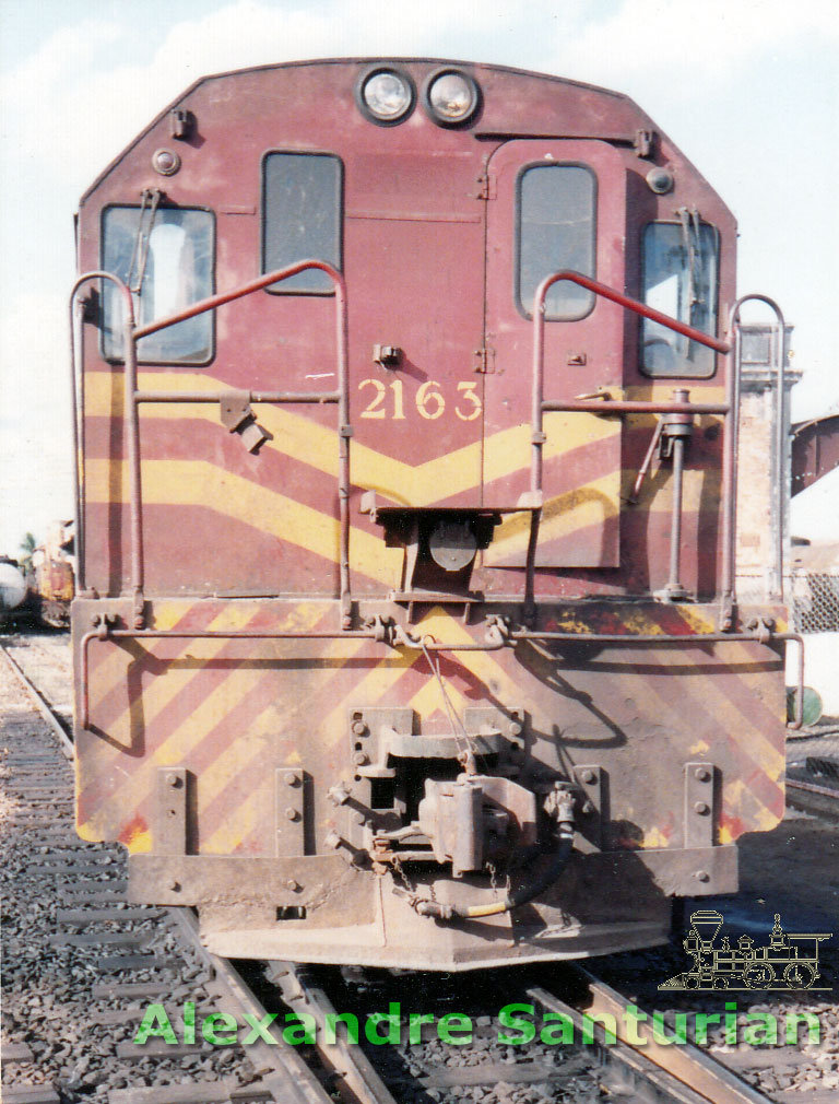 Vista frontal da locomotiva U-8B 2163