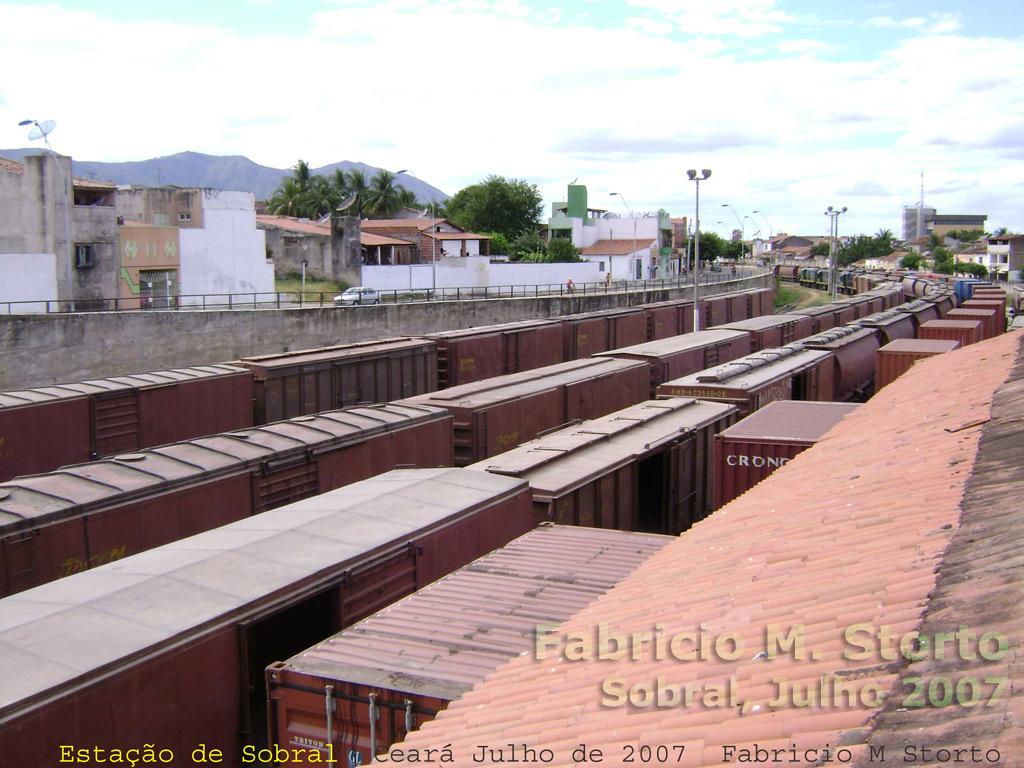Vagões e locomotivas no pátio ferroviário de Sobral