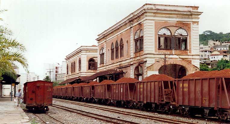 Trem de bauxita na estação ferroviária de Porto Novo do Cunha