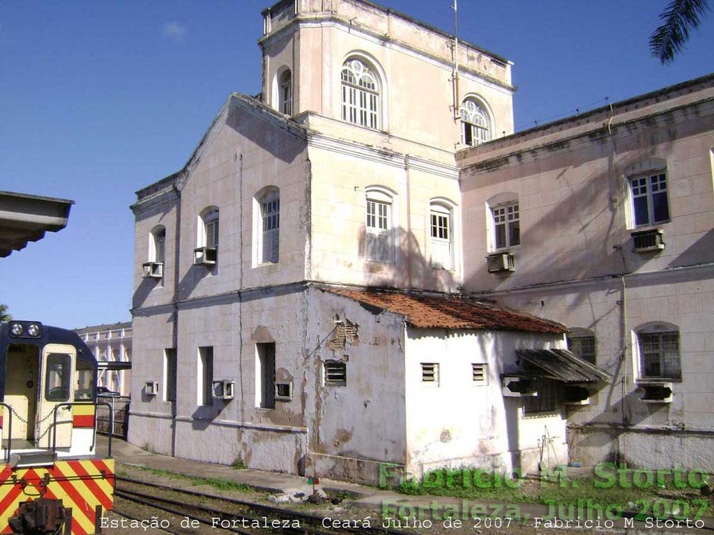 Detalhe do prédio da estação ferroviária de Fortaleza, visto das  plataformas ... 271c05b151