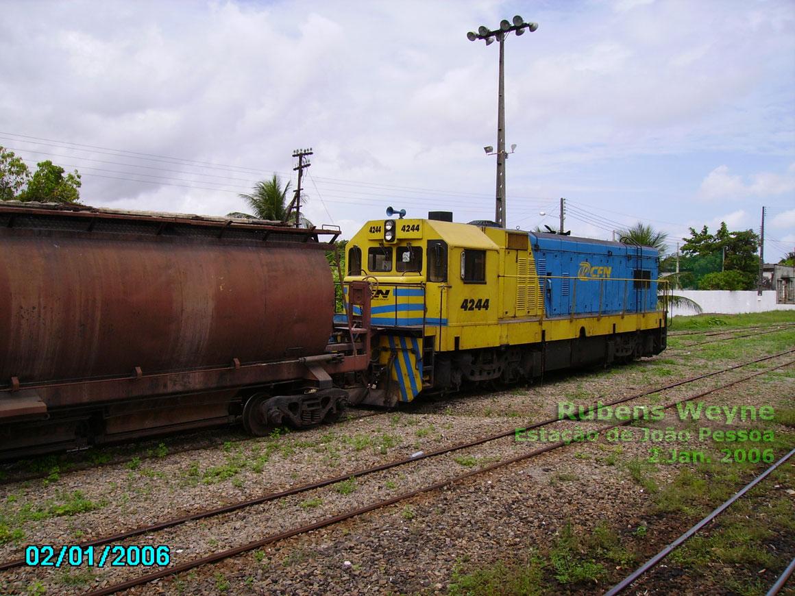 http://vfco.brazilia.jor.br/ferrovias/Joao-Pessoa-CBTU/fotos/locomotiva-G12-numero-4244-da-CFN-com-vagao.jpg