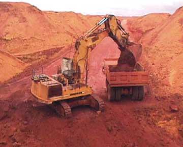Lavra da bauxita por retroescavadeira da MRN - Mineração Rio do Norte