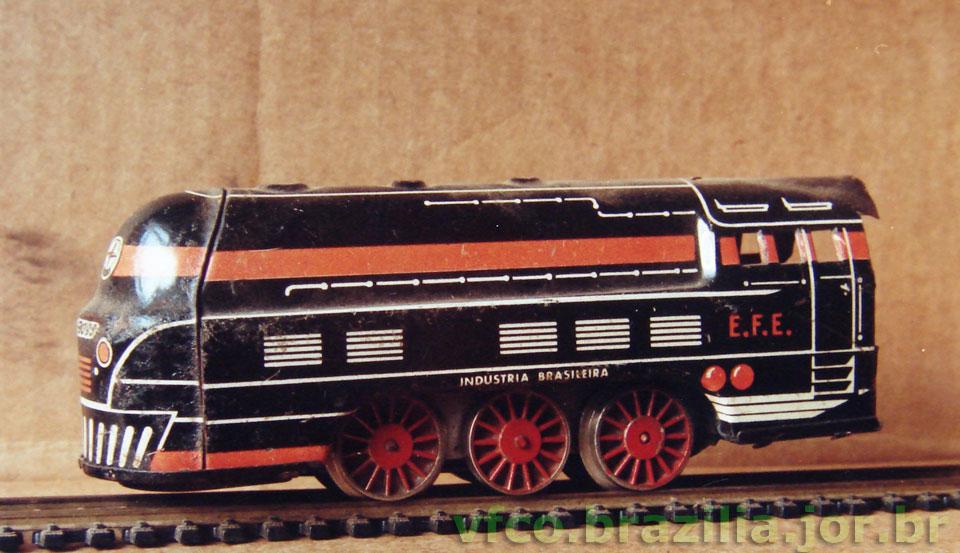 A locomotiva do trem de lata da Estrela fotografada nos trilhos da Frateschi