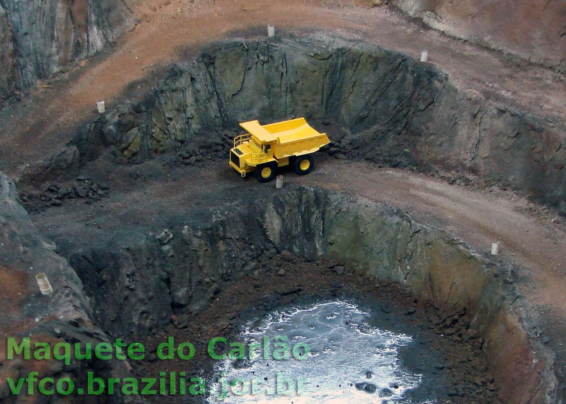A mineração a céu aberto é um cenário impactante na maquete de ferreomodelismo